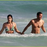 selma blair mikey day beach 06