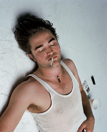 robert-pattinson-fumando