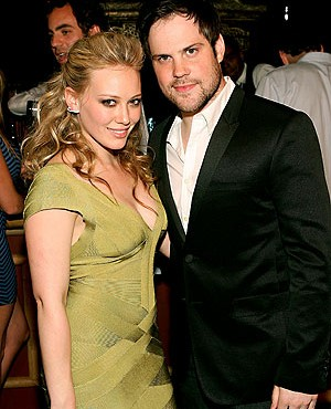 Hilary Duff y su novio Mike Comrie en evento