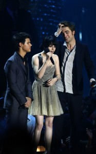robert-pattinson-kristen-stewart-and-taylor-lautner-en-los-video-music-awards-20092