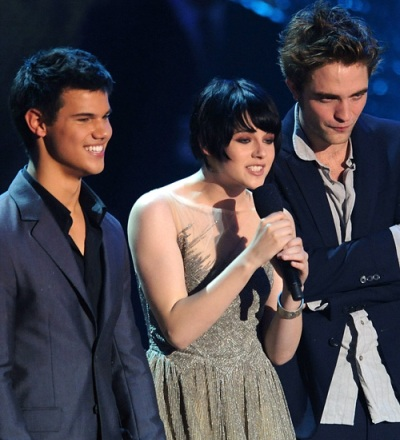 robert-pattinson-kristen-stewart-and-taylor-lautner-en-los-video-music-awards-200923