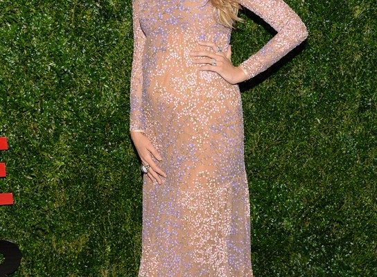 Blake Lively presume de embarazo